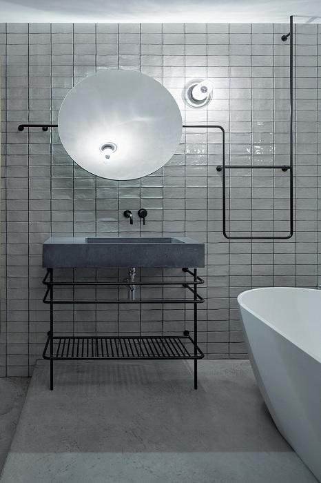 Оформление ванной комнаты в холодных серых тонах станет необычным, но очень оригинальным решением для декора комнаты такого типа.