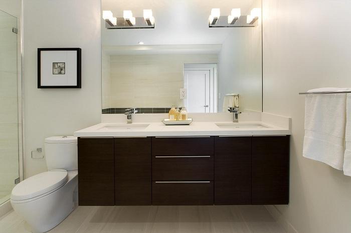 Интересное освещение в ванной комнате, может стать просто самой яркой акцентуацией в декорировании такой комнаты.