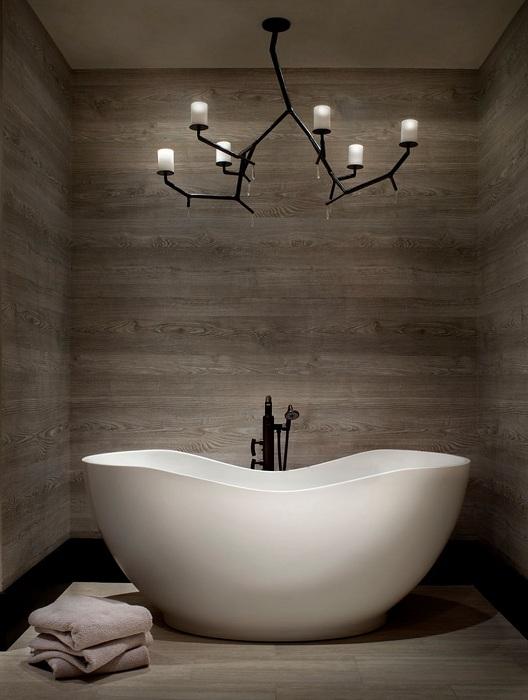 Необычный интерьер в ванной комнате создан благодаря оригинальному светильнику, который создает непростую обстановку.