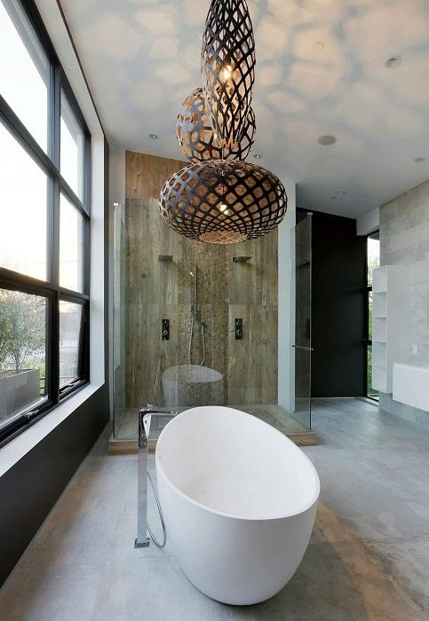 Ванная комната украшена благодаря просто отличным люстрам в очень оригинальном исполнении.