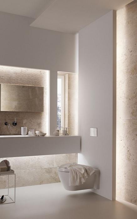 Красивое оформление ванной комнаты в светлых белоснежных тонах с интересным и просто очаровательным освещением.