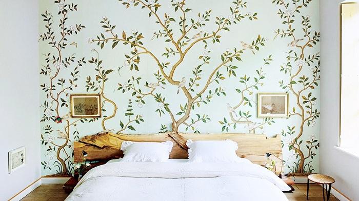 Спальная с шикарный деревом у изголовья кровати создает определенную атмосферу уюта и тепла.