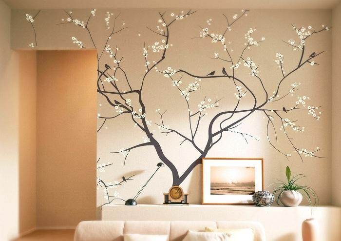 Интерьер комнаты украшен деревом в цвету, что добавляет определенно теплой и специфической атмосферы.