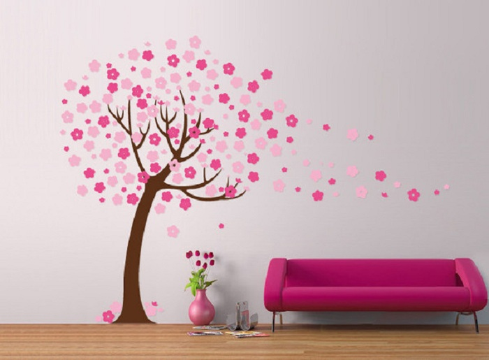 Очаровательное оформление комнаты дополнено деревом с яркими цветами, что в свою очередь добавляет настроения.