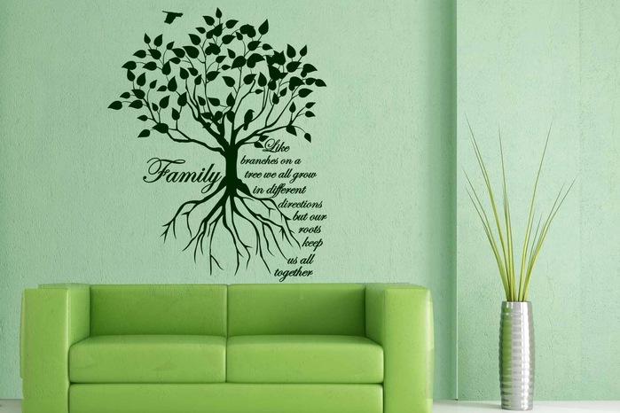 Отличная обстановка комнаты с мятными стенами и зеленой мебелью дополнена семейным деревом на стене.