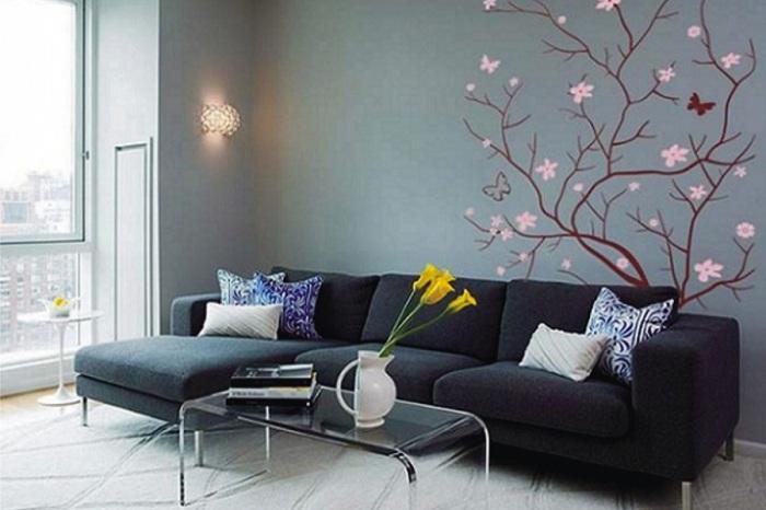 Темный интерьер комнаты подчеркивает особая элегантность дерева изображенного на стене.