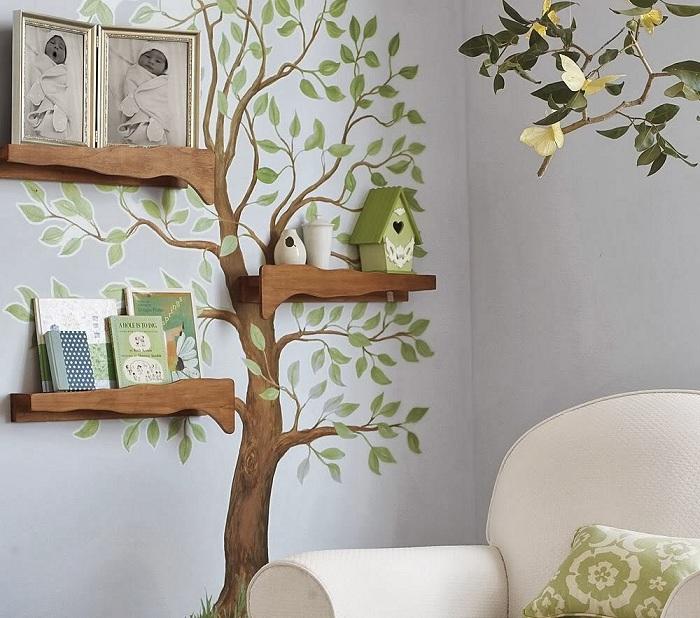 Комната украшена деревом на стене с шикарными полочками, фотографиями для создания особенной атмосферы домашнего уюта.