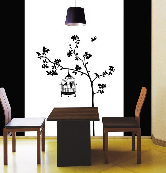 Черно-белое изображение дерева на стене особо стильно подчеркивает особенность комнаты и стиля в котором выполнен рисунок.