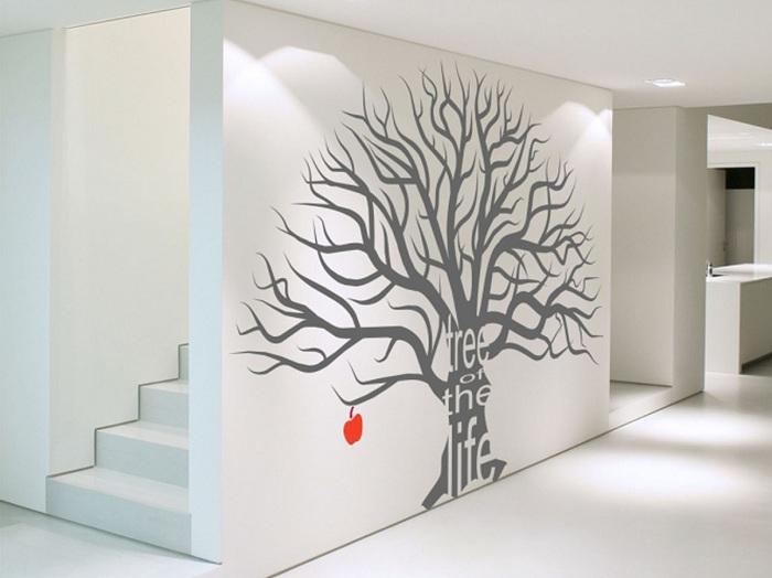 Благодаря изображению дерева кажется что пространства в комнате еще больше.