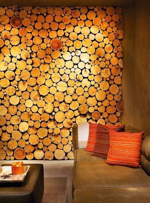 Декор стены, который оформлен кусочками стволов деревьев, которые выглядят очень эстетично.