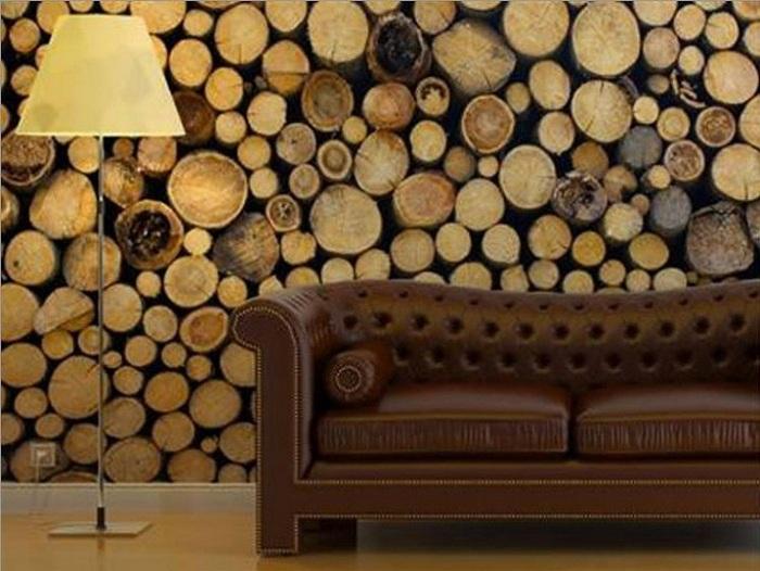 Серьезный и строгий интерьер гостиной с нестандартной стеной оформленной деревом.