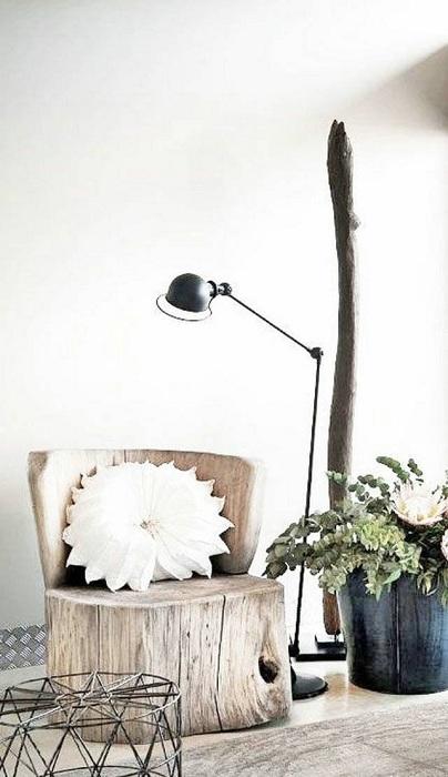 Прекрасный вариант создать стул из дерева, а точнее из части ствола дерева.