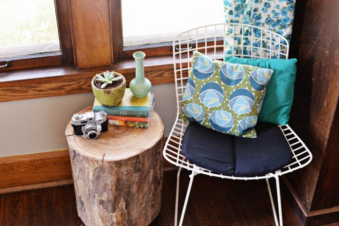 Прекрасное место для чтения любимой книги на удобном стуле за деревянным столиком.