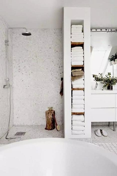 Простой элемент в оформлении ванной комнаты, удобная деревянная подставка.