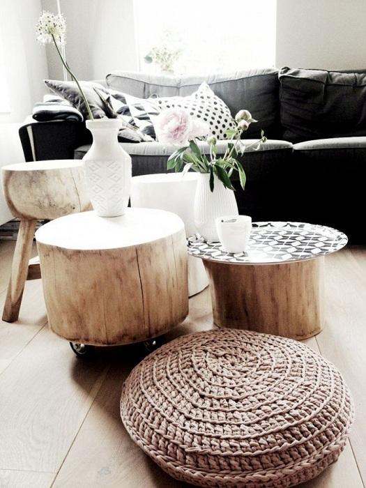 Использование трех стволов деревьев в виде трех мини-столиков, которые украсят интерьер любой комнаты.