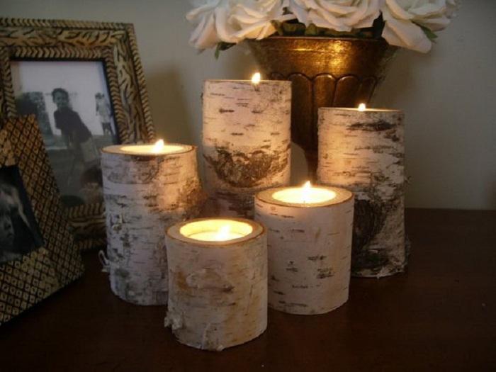 Красивое оформление интерьера комнаты при помощи интересных деревянных подсвечников.