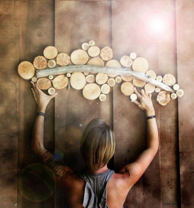 Прекрасный вариант оформить необыкновенно стену - создать деревянный орнамент на ней.