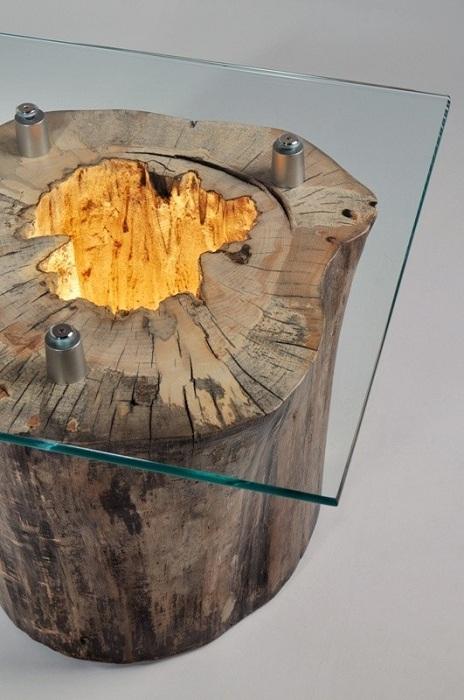 Интересный столик с стеклянной крышкой и деревянным основанием - современная деталь интерьера.