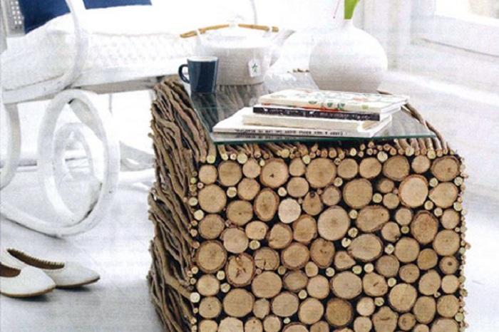 Креативный столик с деревянных веток и бревен, то что порадует глаз и создаст прекрасную атмосферу.