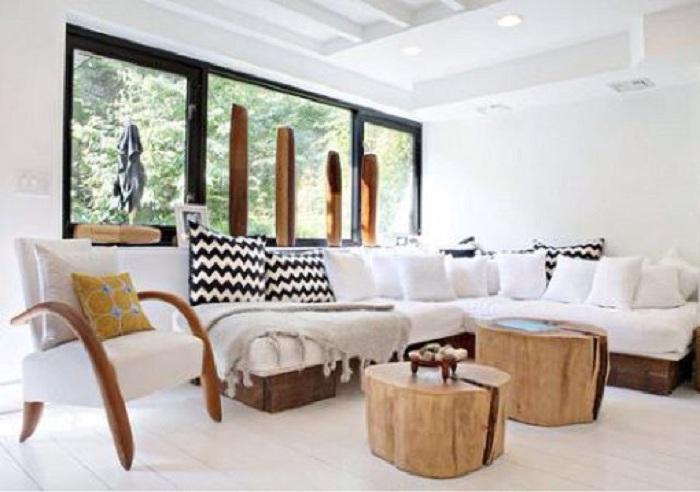 Два древесных ствола используются как отдельные столики, что украшают и дополняют интерьер.