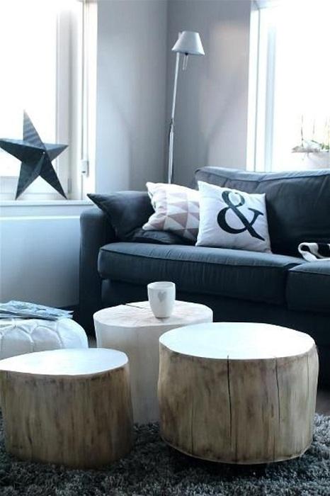 Три простых и красивых столиков выполненных со срезов деревьев освежат интерьер.