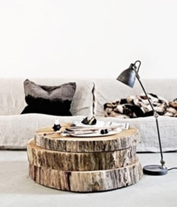 Современный деревянный столик, который состоит из нескольких уровней.