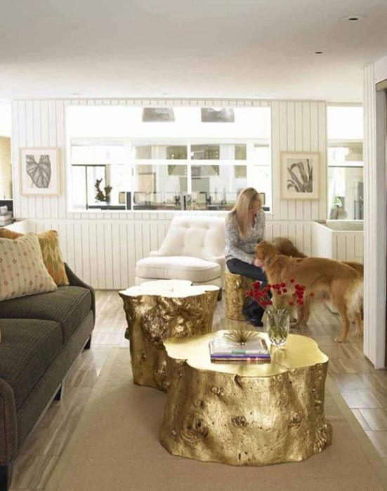 Интересные декоративные столики из срезов дерева в золотом цвете, красивое решение для оформления комнаты.