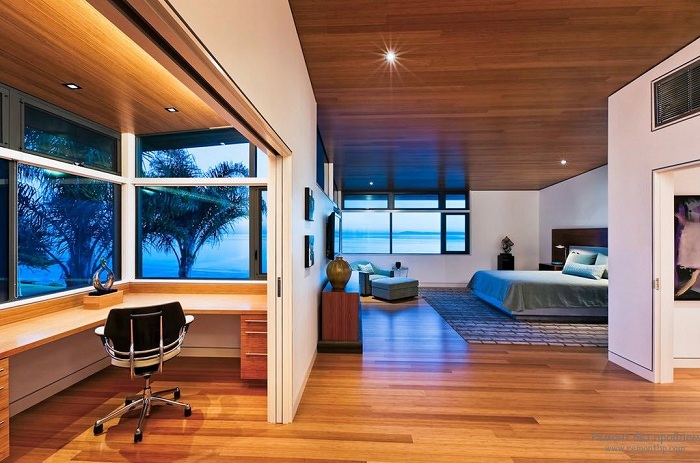 Просторная спальня с рабочим уголком.