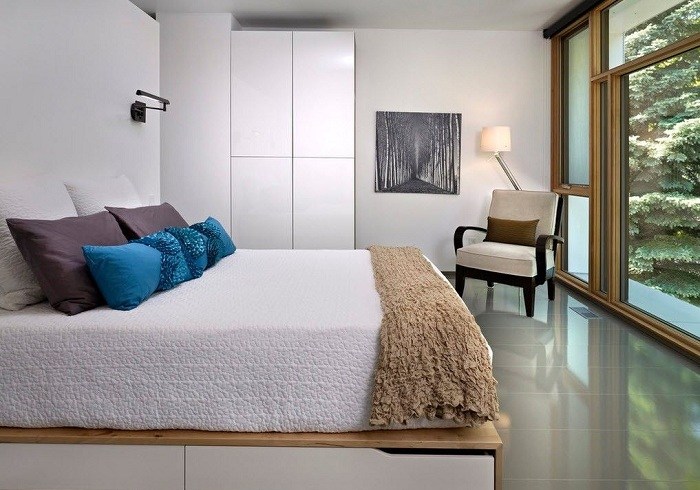 Стильный дизайн спальни оформлен в минималистическом стиле.