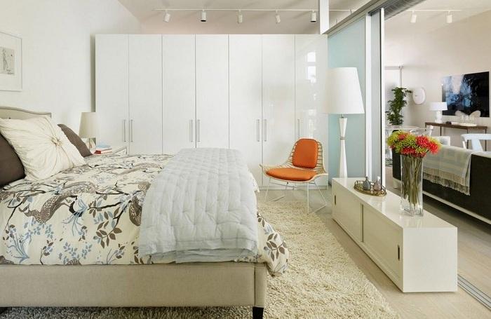 Прекрасный вариант - декорировать современную спальню в светлых ненавязчивых тонах.