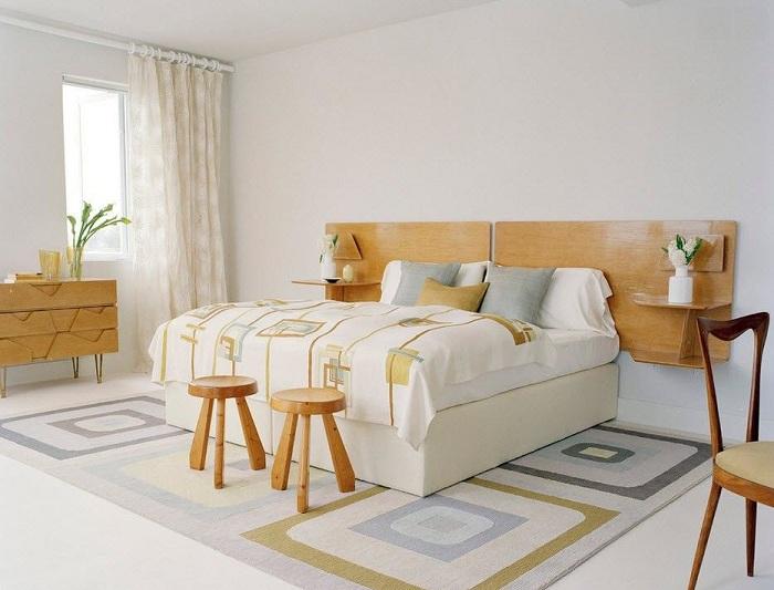 Современный интерьер спальни декорирован в неброских тонах.