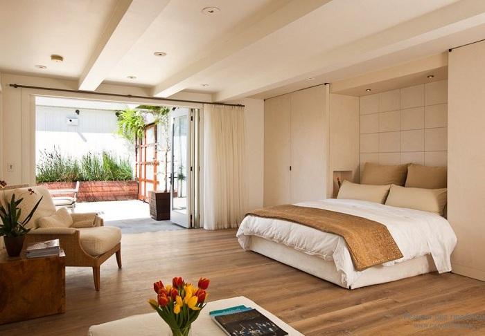 Стильный и легкий интерьер спальни в нежных кремовых тонах.