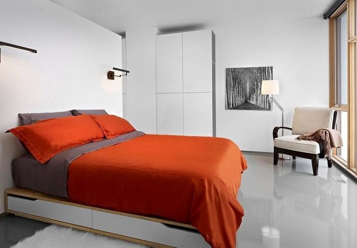 Современный интерьер спальни с яркими алыми фрагментами.
