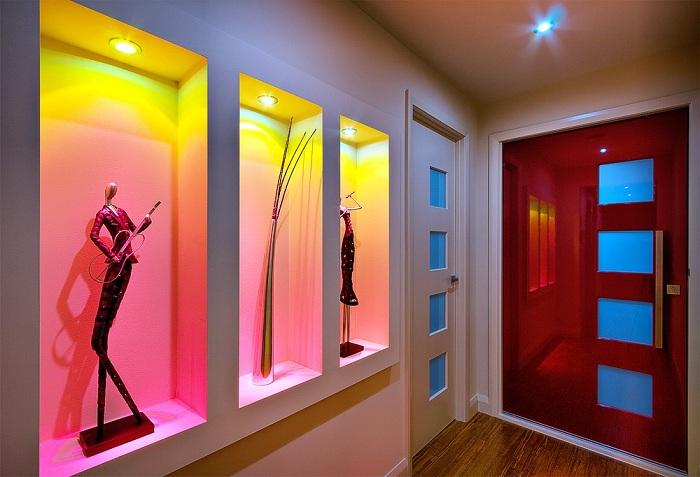 Яркий пример оформления стены с помощью оригинального освещения.