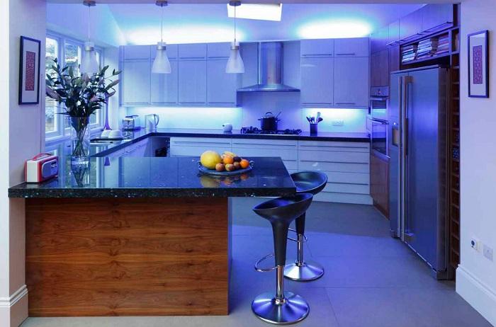 Отличное решение быстро и качественно преобразить интерьер кухни с помощью синего освещения.
