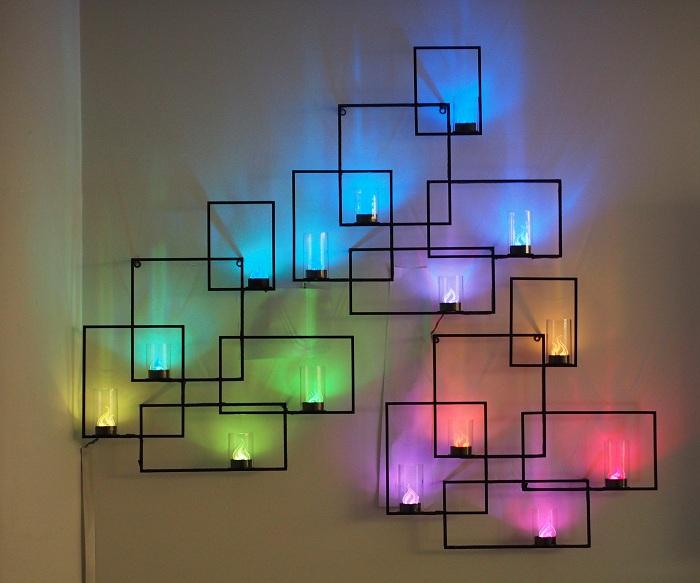 Отличный пример украсить стену нестандартными светодиодными светильниками.