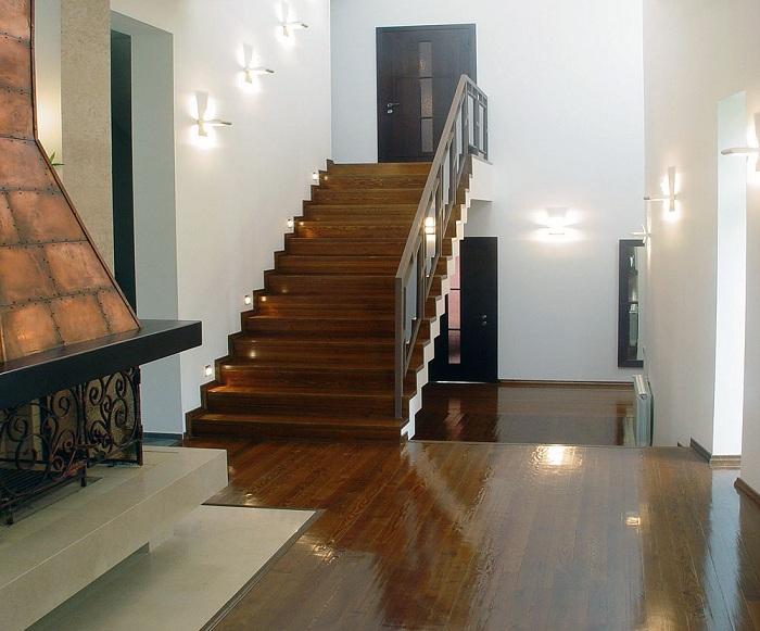 Один из лучших вариантов интерьера создан благодаря крутым светодиодным настенным лампам.
