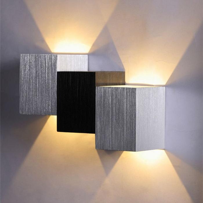 Красивое и простое оформление стены с помощью классической серо-черной лампы.