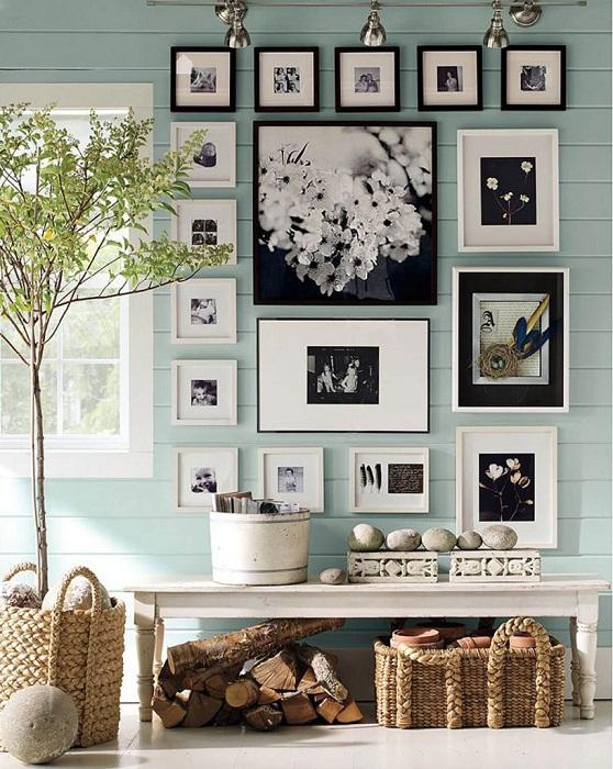 Отличное оформление стены в гостиной при помощи оригинальным картин.