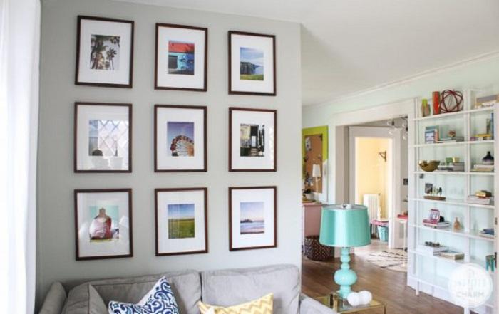 Украшение стены рамками с фото, станет особенностью и самым актуальным в интерьере.