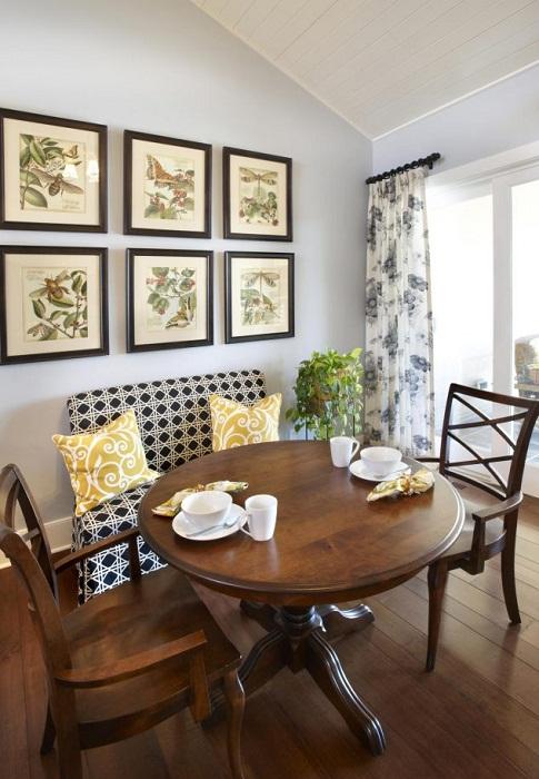 Отменное настроение в этой комнате создано благодаря отличному оформлению её при помощи картины разбитой на фрагменты.