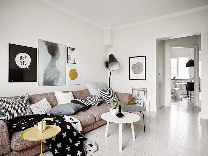 Очень оригинальный и нестандартный интерьер комнаты, который облагорожен благодаря рамок.
