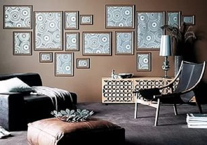 Преображение стен при помощи оригинального декорирования за счет рамок с абстрактными изображениями.