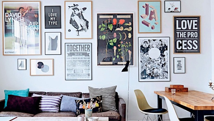 Очень симпатичный и стильный декор стен создан благодаря размещению множества рамок, что уж точно понравятся.