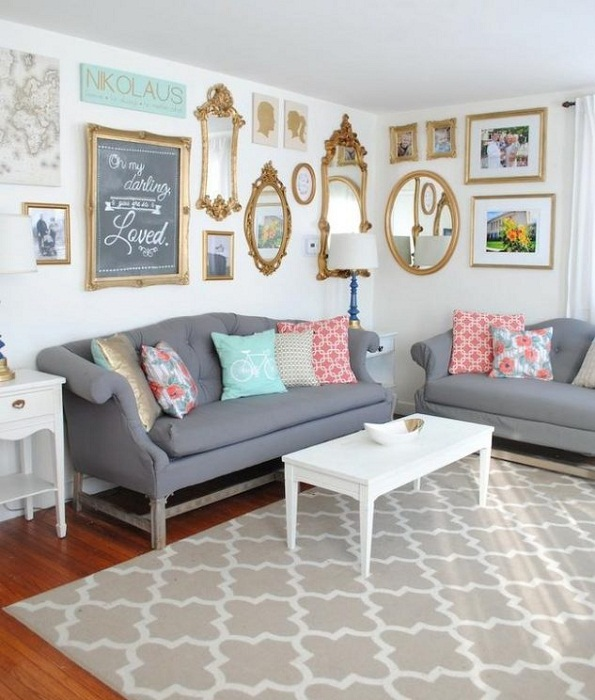 Прекрасный вариант декорирования комнаты при помощи золотых рамок.
