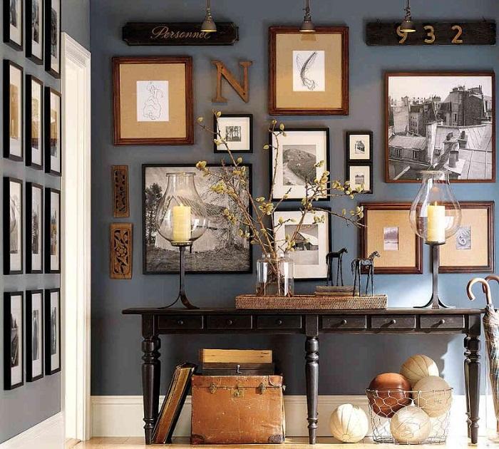 Интерьер комнаты преображен за счет размещения рамок, что выглядят очень красиво.