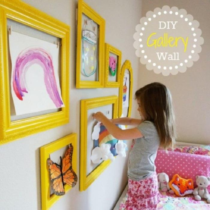 Более положительный интерьер возможно создать при помощи ярких желтых рамок, что создают теплое настроение.