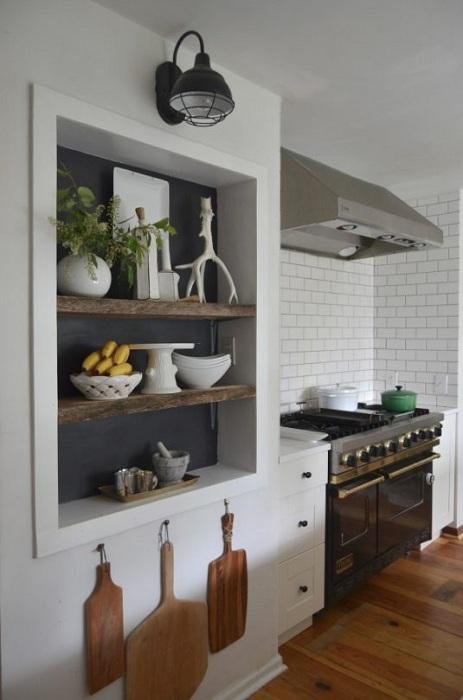 Нестандартный интерьер кухни с кирпичной кладкой и оригинальной нишей, что точно понравится.