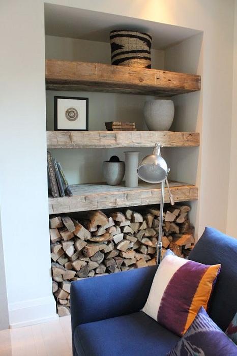 Крутое решение для декорирования комнаты при помощи создания таких нестандартных полочек в стенной нише.