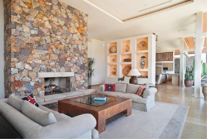 Преображение гостиной за счет создания ниши в стене, что украсят комнату.